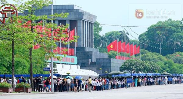 Hàng nghìn người xếp hàng vào viếng Lăng Chủ tịch Hồ Chí Minh nhân kỉ niệm Sinh nhật Người 18