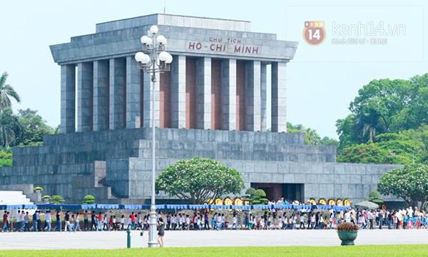 Hàng nghìn người xếp hàng vào viếng Lăng Chủ tịch Hồ Chí Minh nhân kỉ niệm Sinh nhật Người 19
