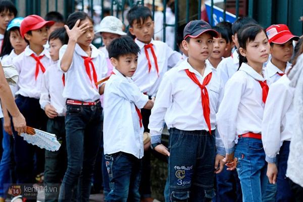 Hàng nghìn người xếp hàng vào viếng Lăng Chủ tịch Hồ Chí Minh nhân kỉ niệm Sinh nhật Người 2