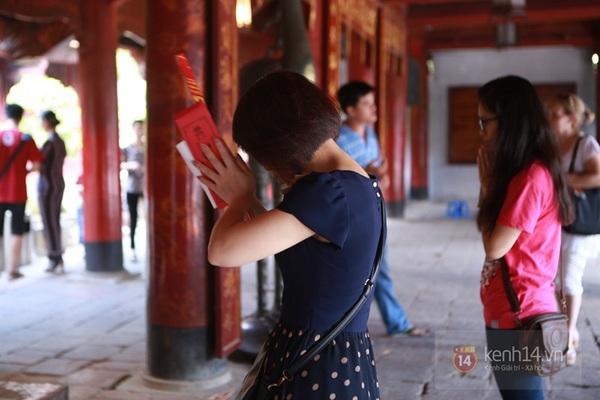 Hà Nội: Sĩ tử đến Văn Miếu cầu may trước ngày thi tốt nghiệp 9