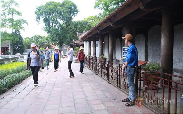 Hà Nội: Sĩ tử đến Văn Miếu cầu may trước ngày thi tốt nghiệp 10