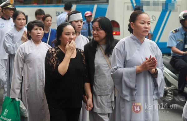 Mẹ và em gái Wanbi Tuấn Anh tiều tụy, suy sụp trong lễ tang 25
