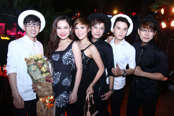 """Hà Hồ """"cực manly"""" trong tiệc mừng chiến thắng của Giang Hồng Ngọc 17"""