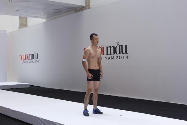 """Next Top Model: Nam Trung liên tục """"công kích"""" thí sinh từ tập đầu 8"""
