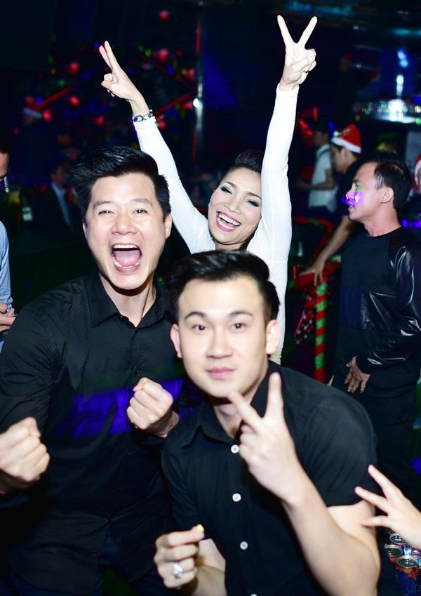 """Lam Trường đưa vợ mới cưới đi """"quậy"""" cùng dàn sao Việt trong bar 10"""