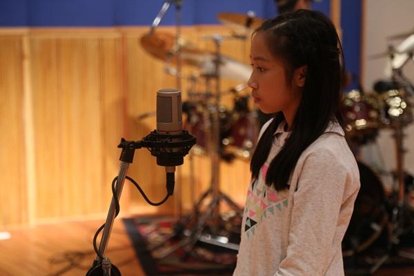 Cả gia đình Mỹ Linh tập luyện để quay MV Giáng sinh 10