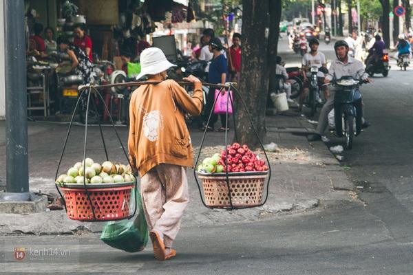 Chùm ảnh: Những gánh hàng rong bình yên giữa Sài Gòn hối hả