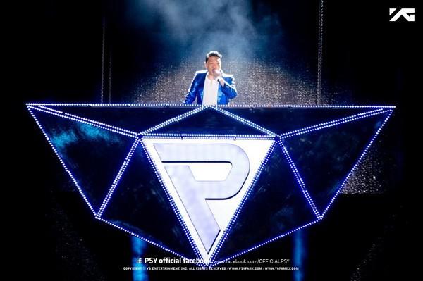 Psy được bí mật massage, châm cứu trong lúc biểu diễn 1