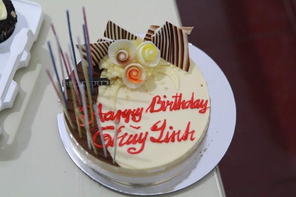 Hoàng Thùy Linh hạnh phúc đón sinh nhật bất ngờ 19