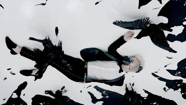"""G-Dragon """"đen thui"""" trong MV đánh dấu sự trở lại 10"""