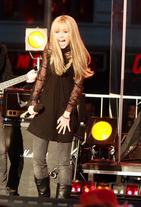 """Nhìn lại sự """"lột xác"""" của Miley trên sân khấu qua năm tháng 2"""