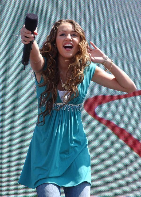 """Nhìn lại sự """"lột xác"""" của Miley trên sân khấu qua năm tháng 1"""