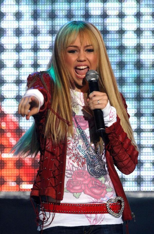 """Nhìn lại sự """"lột xác"""" của Miley trên sân khấu qua năm tháng 3"""