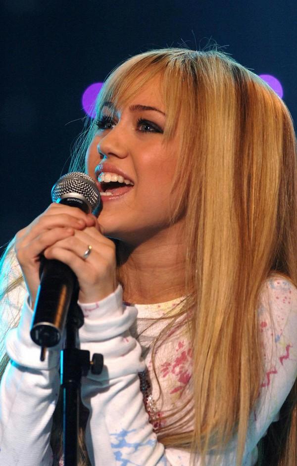 """Nhìn lại sự """"lột xác"""" của Miley trên sân khấu qua năm tháng 4"""