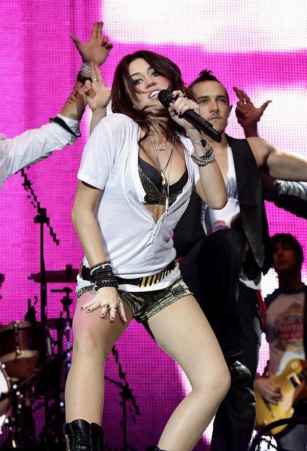 """Nhìn lại sự """"lột xác"""" của Miley trên sân khấu qua năm tháng 14"""