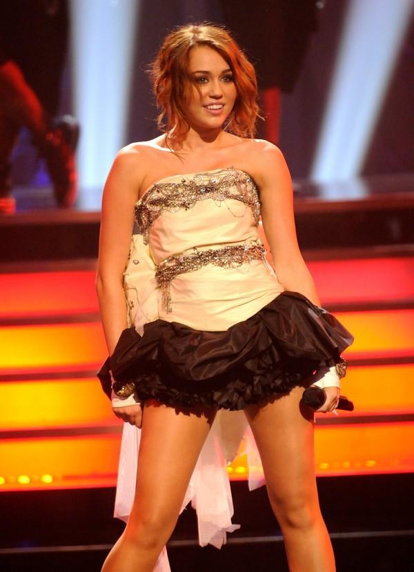 """Nhìn lại sự """"lột xác"""" của Miley trên sân khấu qua năm tháng 12"""