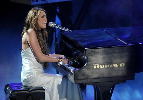 """Nhìn lại sự """"lột xác"""" của Miley trên sân khấu qua năm tháng 15"""
