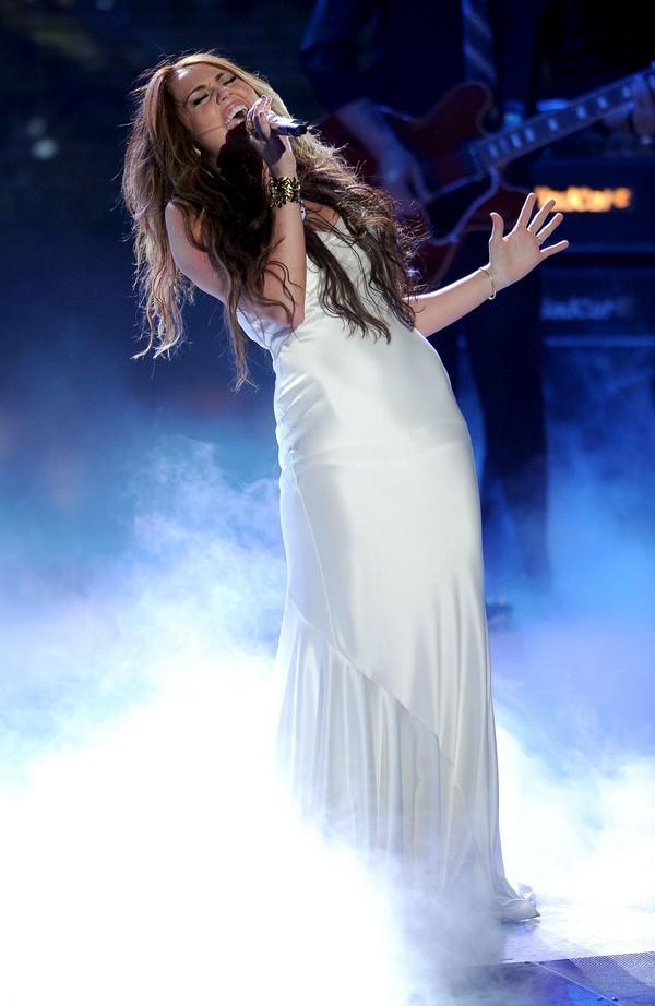"""Nhìn lại sự """"lột xác"""" của Miley trên sân khấu qua năm tháng 16"""