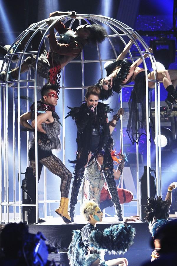 """Nhìn lại sự """"lột xác"""" của Miley trên sân khấu qua năm tháng 17"""