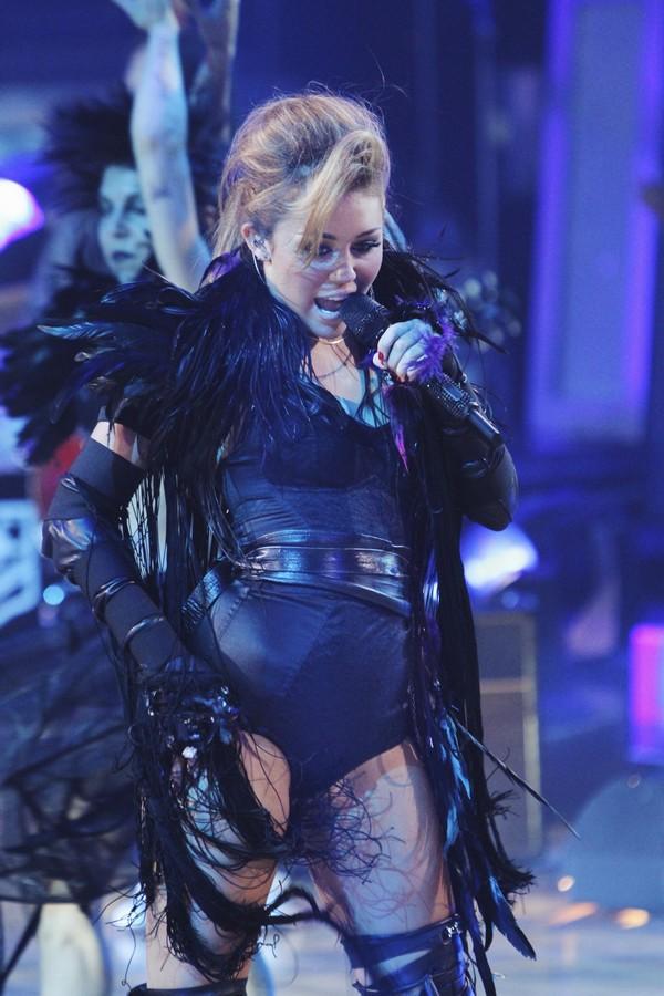 """Nhìn lại sự """"lột xác"""" của Miley trên sân khấu qua năm tháng 18"""