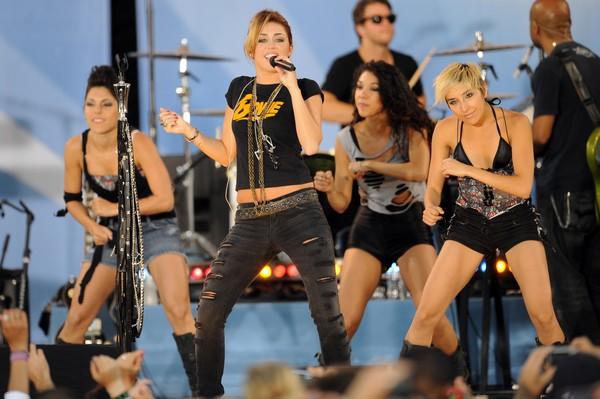 """Nhìn lại sự """"lột xác"""" của Miley trên sân khấu qua năm tháng 21"""