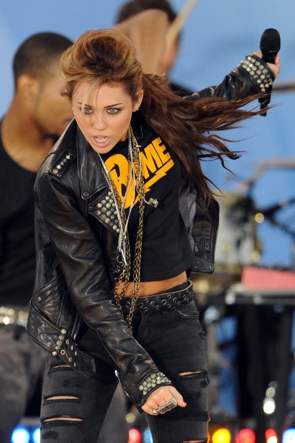 """Nhìn lại sự """"lột xác"""" của Miley trên sân khấu qua năm tháng 23"""