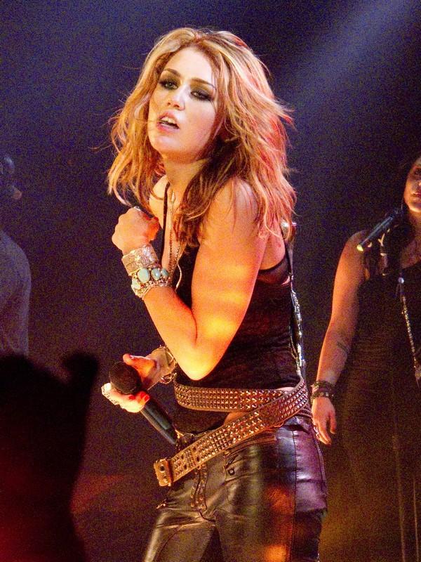 """Nhìn lại sự """"lột xác"""" của Miley trên sân khấu qua năm tháng 24"""