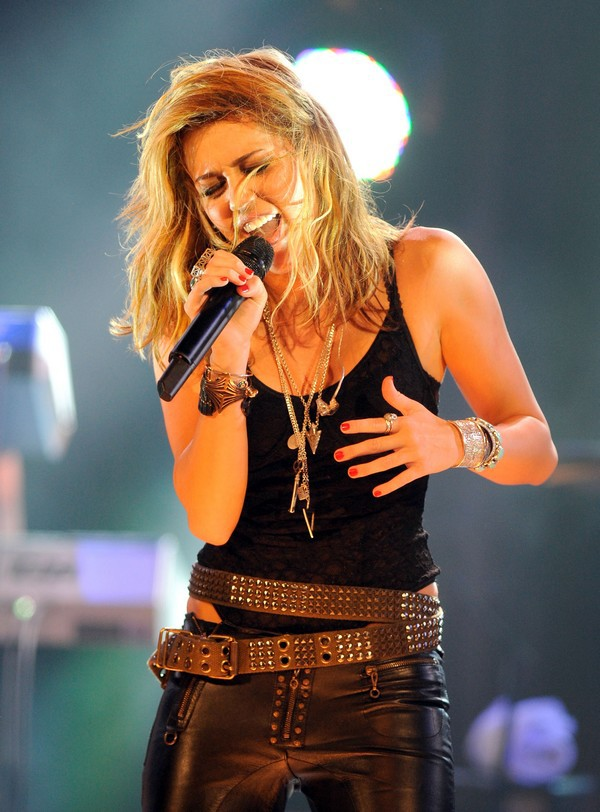 """Nhìn lại sự """"lột xác"""" của Miley trên sân khấu qua năm tháng 25"""