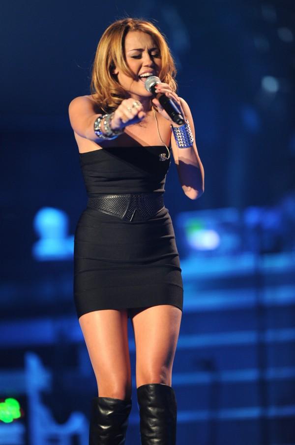 """Nhìn lại sự """"lột xác"""" của Miley trên sân khấu qua năm tháng 26"""