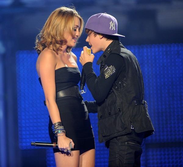 """Nhìn lại sự """"lột xác"""" của Miley trên sân khấu qua năm tháng 27"""