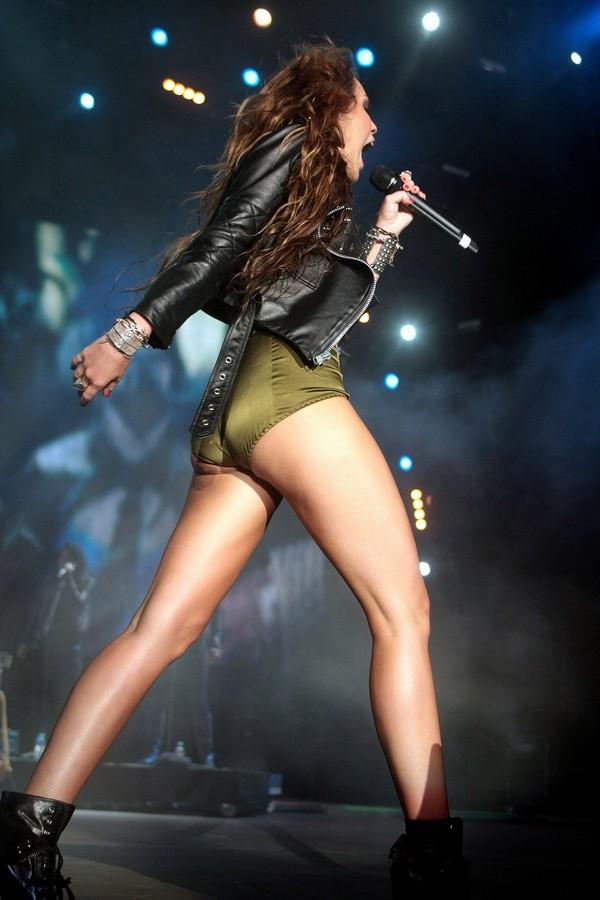 """Nhìn lại sự """"lột xác"""" của Miley trên sân khấu qua năm tháng 19"""