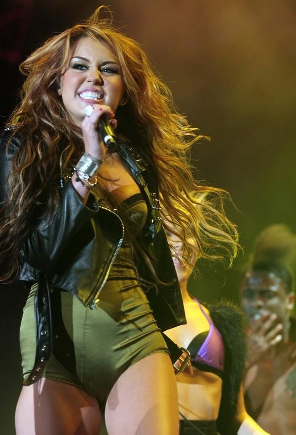 """Nhìn lại sự """"lột xác"""" của Miley trên sân khấu qua năm tháng 20"""