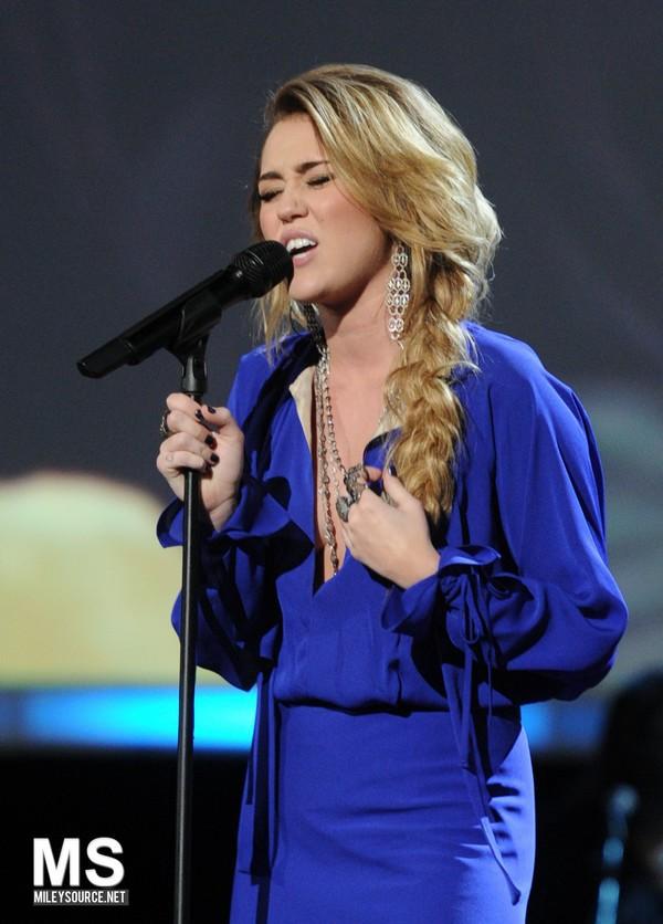 """Nhìn lại sự """"lột xác"""" của Miley trên sân khấu qua năm tháng 30"""