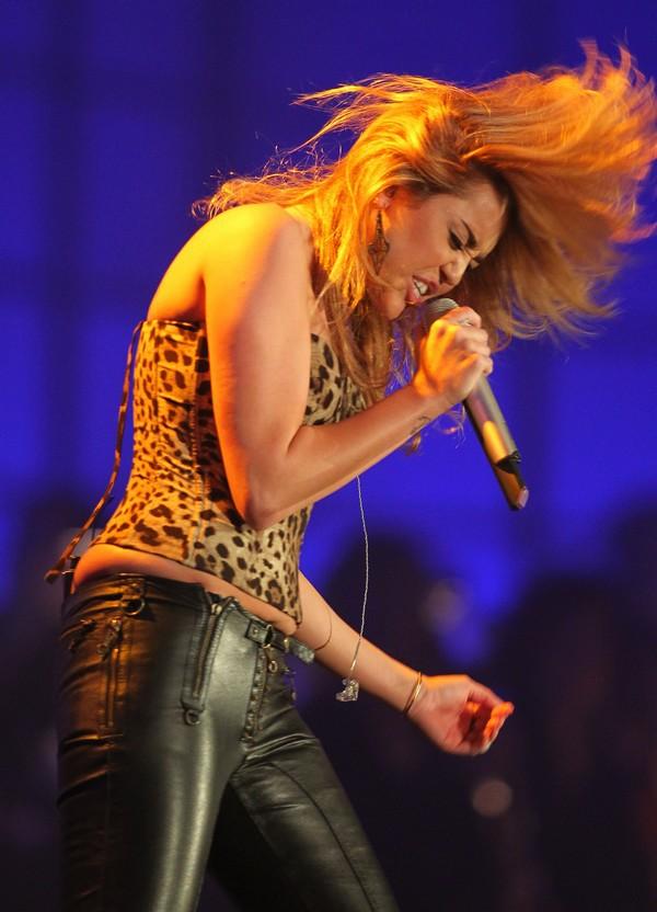 """Nhìn lại sự """"lột xác"""" của Miley trên sân khấu qua năm tháng 28"""