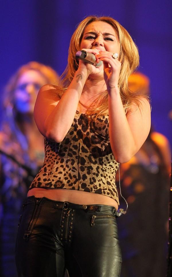 """Nhìn lại sự """"lột xác"""" của Miley trên sân khấu qua năm tháng 29"""