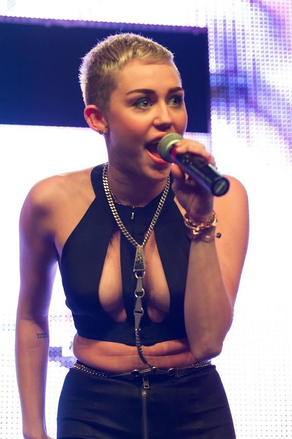 """Nhìn lại sự """"lột xác"""" của Miley trên sân khấu qua năm tháng 33"""