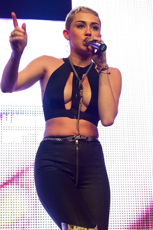 """Nhìn lại sự """"lột xác"""" của Miley trên sân khấu qua năm tháng 34"""
