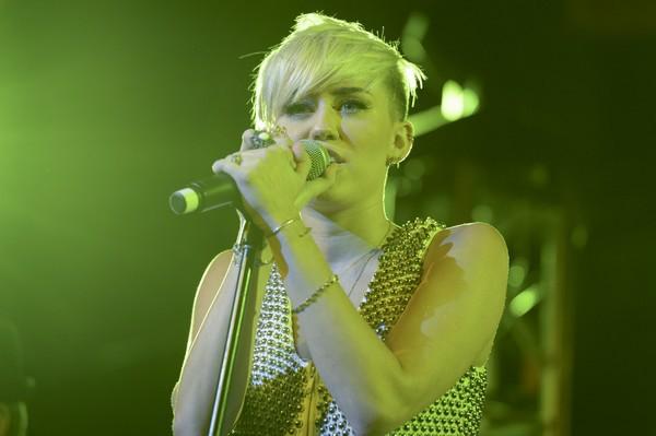 """Nhìn lại sự """"lột xác"""" của Miley trên sân khấu qua năm tháng 32"""