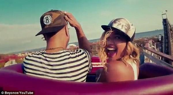 """Fan """"ngộp thở"""" trong... 17 MV mới của Beyoncé 3"""