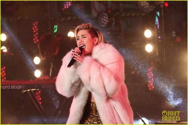 """Miley """"bông xù"""" cực xinh đẹp trên sân khấu đón năm mới 2"""