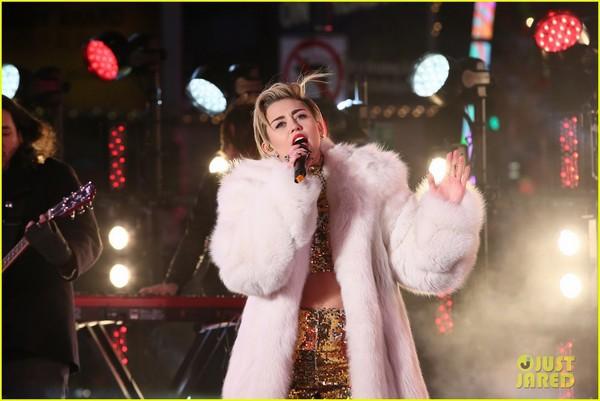 """Miley """"bông xù"""" cực xinh đẹp trên sân khấu đón năm mới 4"""