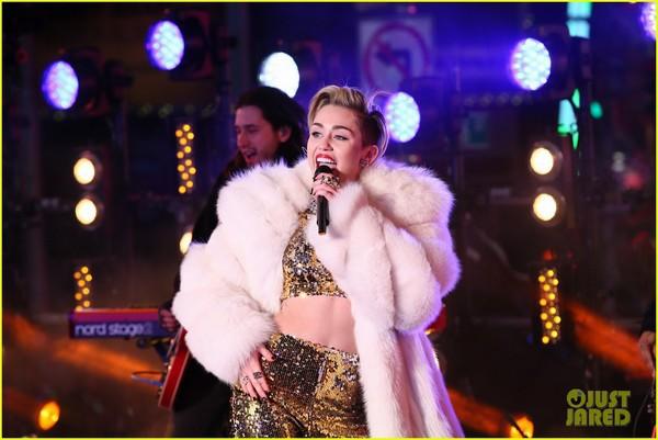 """Miley """"bông xù"""" cực xinh đẹp trên sân khấu đón năm mới 5"""