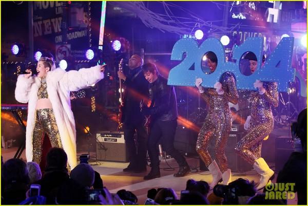 """Miley """"bông xù"""" cực xinh đẹp trên sân khấu đón năm mới 6"""