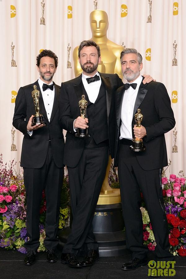 """""""Argo"""" vô địch Oscar, Nữ chính xuất sắc vấp ngã khi lên nhận giải 1"""