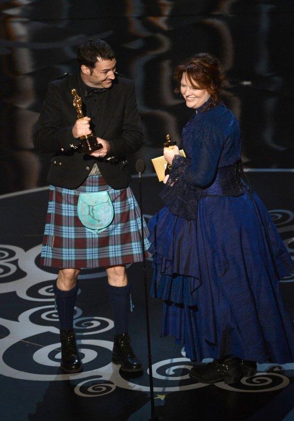"""""""Argo"""" vô địch Oscar, Nữ chính xuất sắc vấp ngã khi lên nhận giải 17"""
