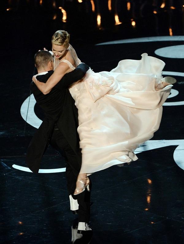 """""""Argo"""" vô địch Oscar, Nữ chính xuất sắc vấp ngã khi lên nhận giải 11"""