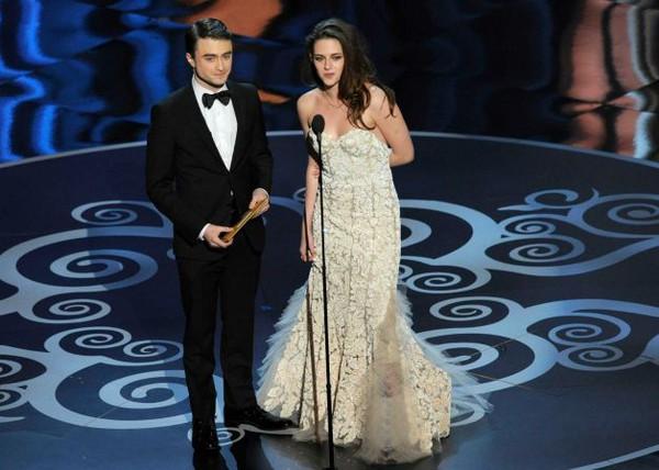 """""""Argo"""" vô địch Oscar, Nữ chính xuất sắc vấp ngã khi lên nhận giải 40"""