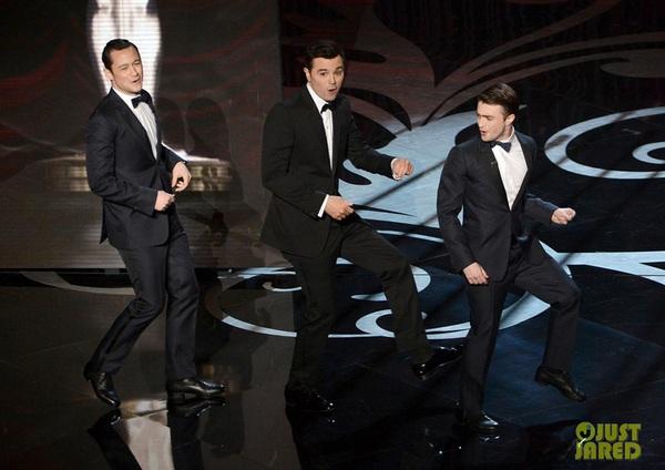 """""""Argo"""" vô địch Oscar, Nữ chính xuất sắc vấp ngã khi lên nhận giải 12"""