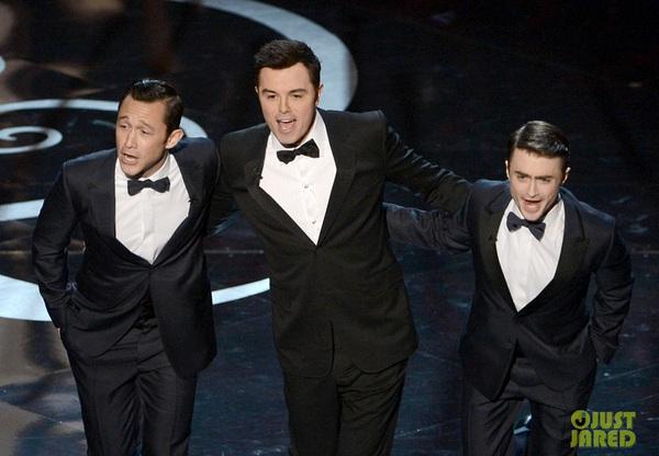 """""""Argo"""" vô địch Oscar, Nữ chính xuất sắc vấp ngã khi lên nhận giải 13"""