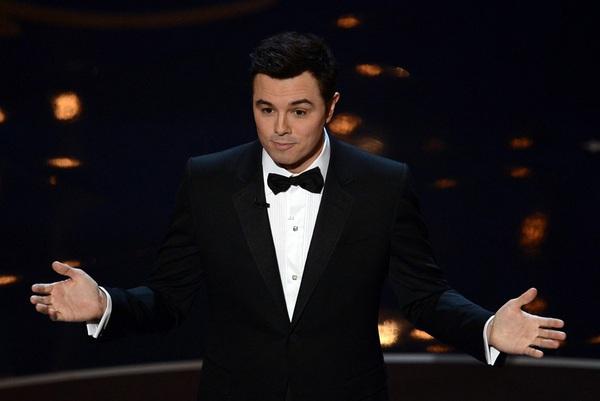 """""""Argo"""" vô địch Oscar, Nữ chính xuất sắc vấp ngã khi lên nhận giải 8"""